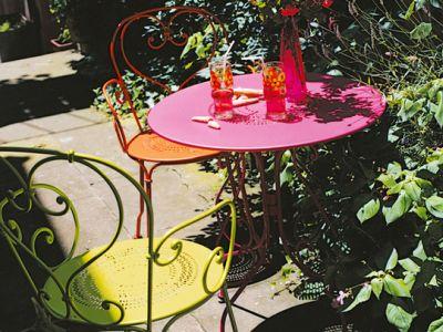 Красочная мебель в саду