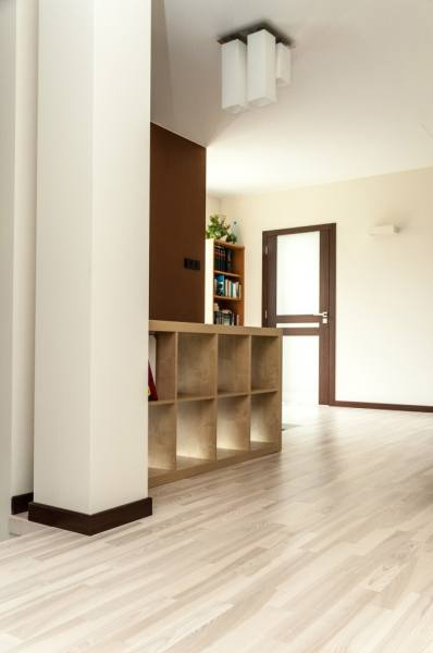 Светлая мебель и светлый пол – способы обустройства стильного интерьера