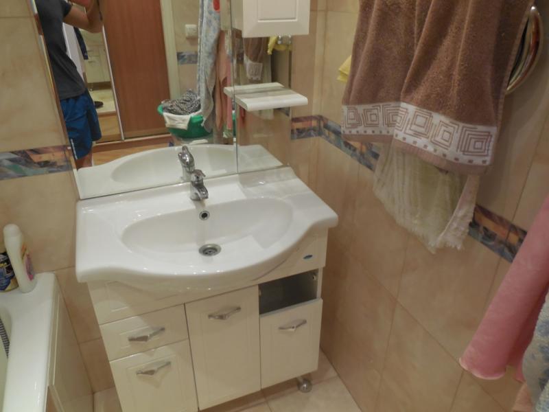 Раковина с шкафчиком в ванной комнате