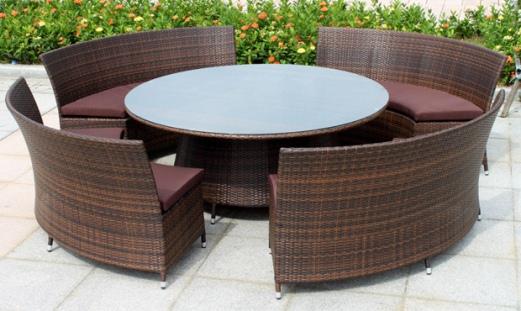 Пластиковая мебель в саду. Плетенная мебель из ротанга